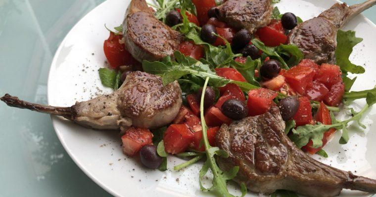 Lammkotelettes mit Tomatensalat