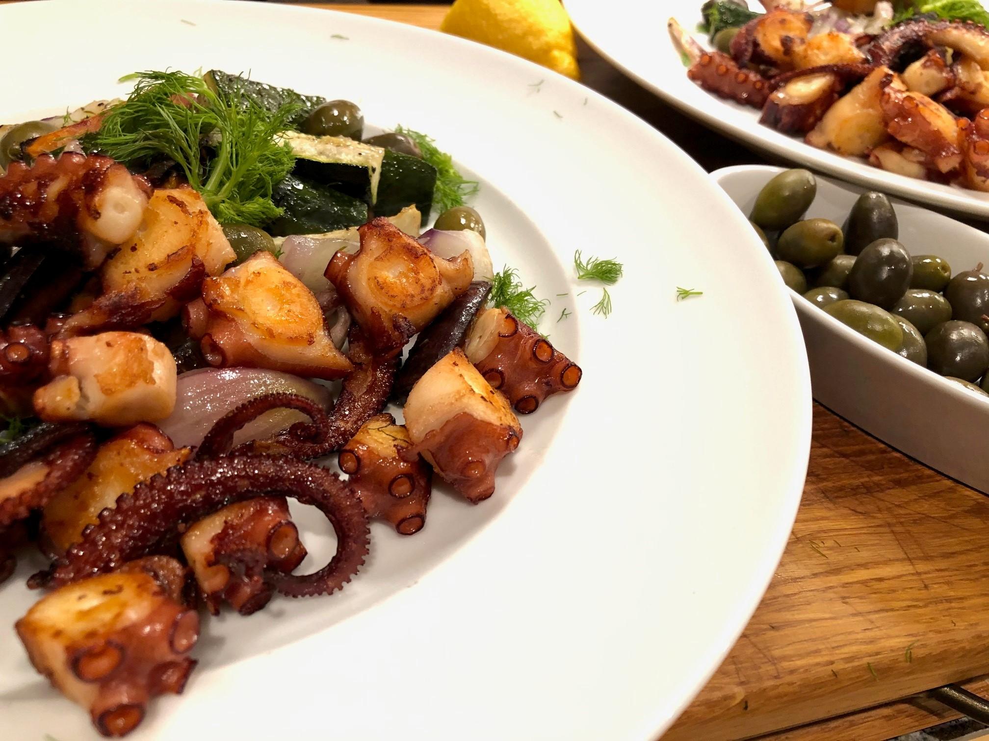 Knuspriger Oktopus mit mediterranem Ofengemüse